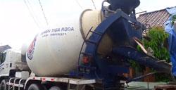 truk-mixer-tiga-roda-bongkar-beton