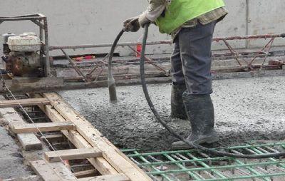 penggunaan-vibrator-untuk-pemadatan-beton-saat-pengecoran